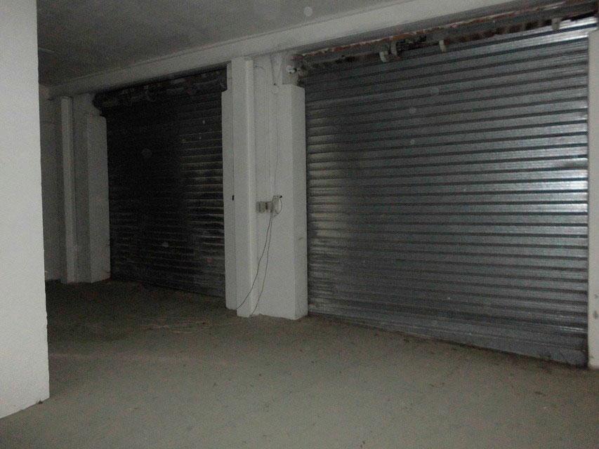 A la venta amplio garaje en el Camí - puerta