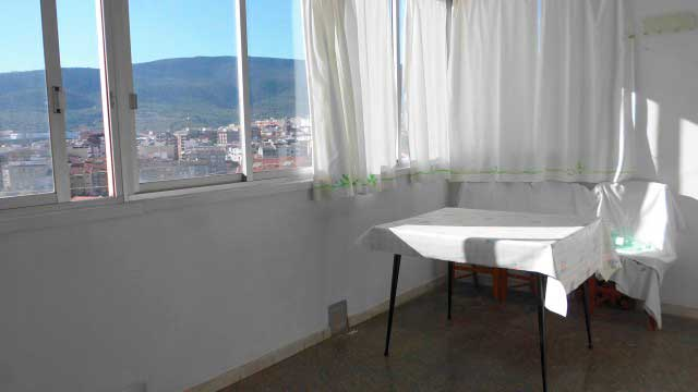 Se vende séptimo piso con buenas vistas en Ensanche-ventana