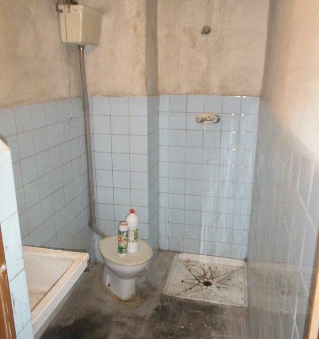 A-la-venta-amplio-garaje-en-Santa-Rosa-baño