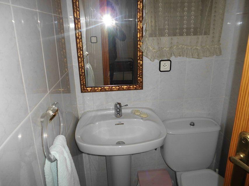 Duplex de 4 habitaciones en venta con 2 baños y balcón a fiestas en zona centro-banyo 1