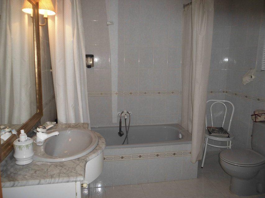 Duplex de 4 habitaciones en venta con 2 baños y balcón a fiestas en zona centro-banyo