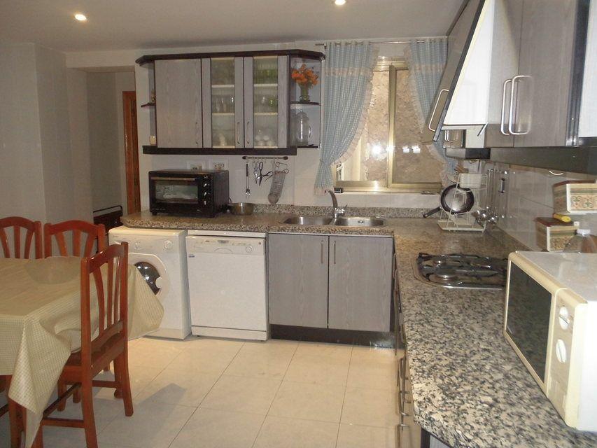 Duplex de 4 habitaciones en venta con 2 baños y balcón a fiestas en zona centro-cocina 2