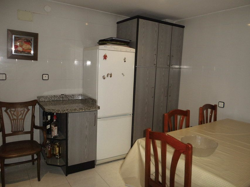 Duplex de 4 habitaciones en venta con 2 baños y balcón a fiestas en zona centro-cocina 3