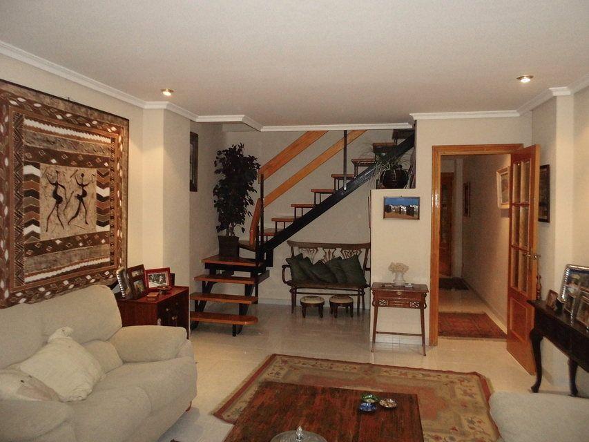 Duplex de 4 habitaciones en venta con 2 baños y balcón a fiestas en zona centro-salon 2