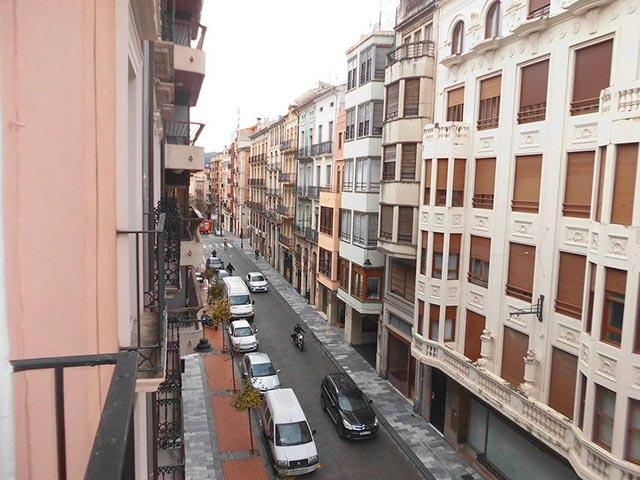 Duplex de 4 habitaciones en venta con 2 baños y balcón a fiestas en zona centro-vistas