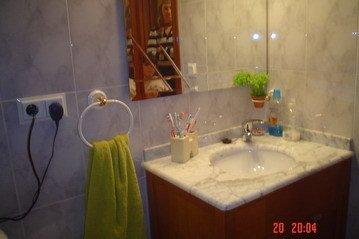 Encantador piso muy soleado y con ventanales climalit en Santa Rosa-banyo2
