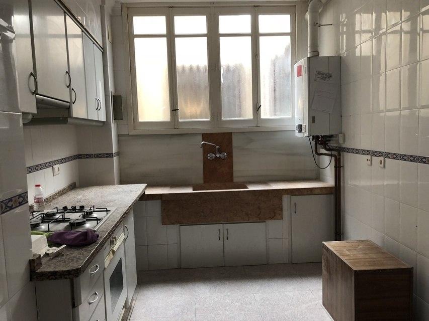 Gran piso en venta con ventanales de madera en centro-cocina