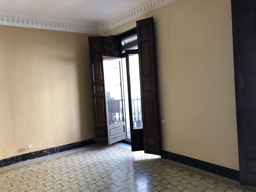 Gran piso en venta con ventanales de madera en centro-entrada