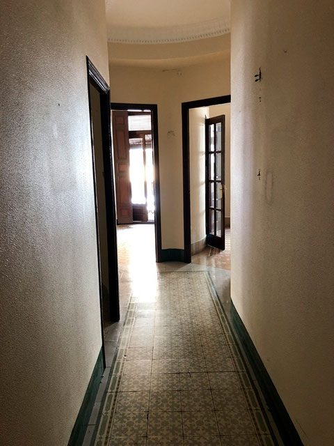Gran piso en venta con ventanales de madera en centro-pasillo 2