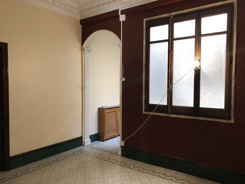 Gran piso en venta con ventanales de madera en centro-pasillo