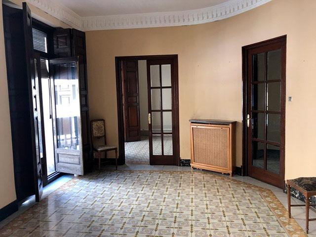 Gran piso en venta con ventanales de madera en centro-salon