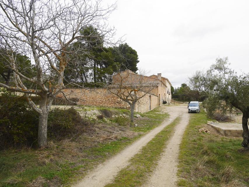 Masía-agrícola-en-venta-en-Barchell-Camino-de-acceso