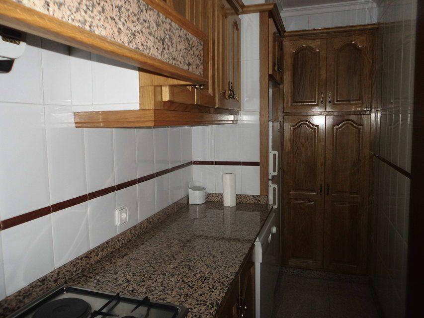 Piso con 4 habitaciones y balcón en Santa Rosa-cocina 2