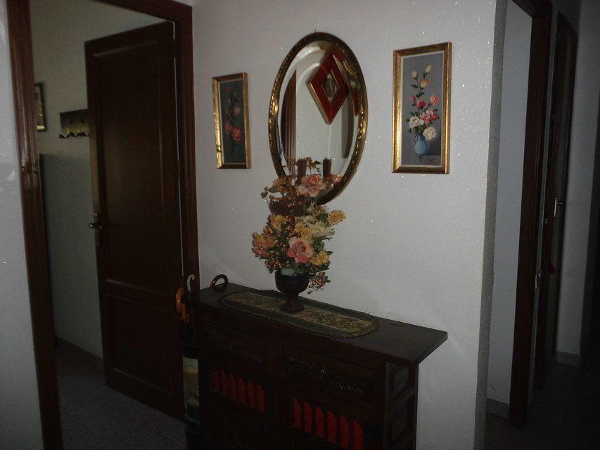 Piso con 4 habitaciones y balcón en Santa Rosa-pasillo 2