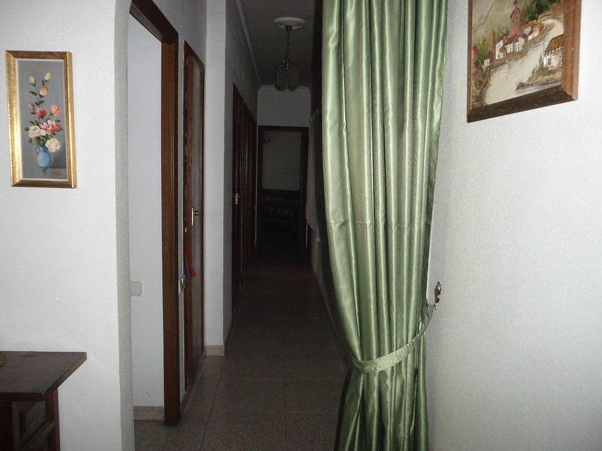 Piso con 4 habitaciones y balcón en Santa Rosa-pasillo