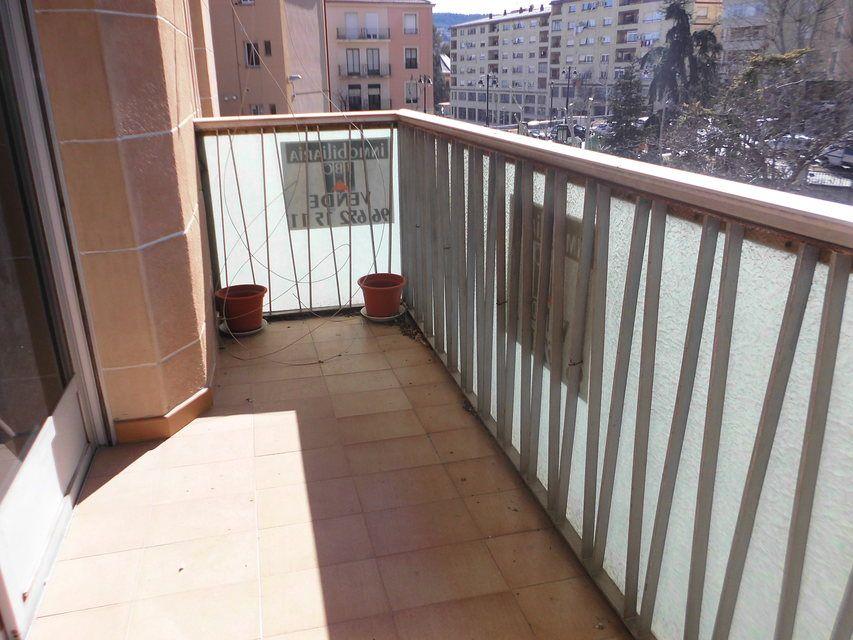 Piso con balcón a la calle en la zona de Santa Rosa-balcon