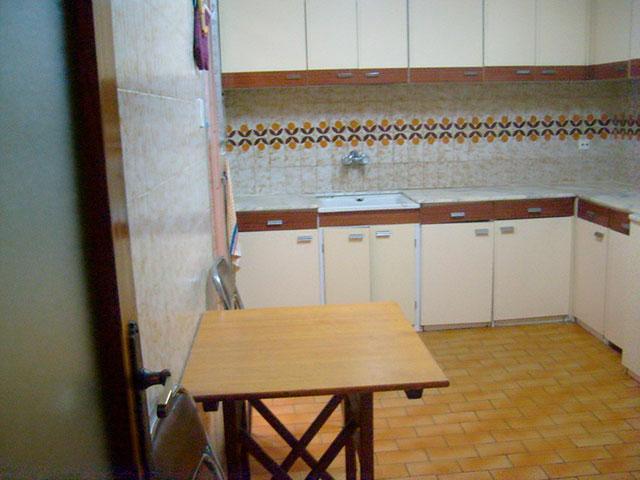 Piso con cocina con patio y galería en Santa Rosa-cocina 2