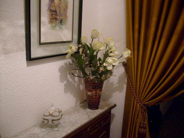 Piso con cocina con patio y galería en Santa Rosa-pasillo 2