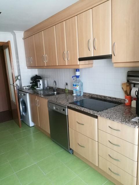 Piso con salón y cocina al balcón en Zona Alta-cocina-2