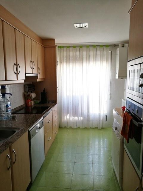 Piso con salón y cocina al balcón en Zona Alta-cocina2