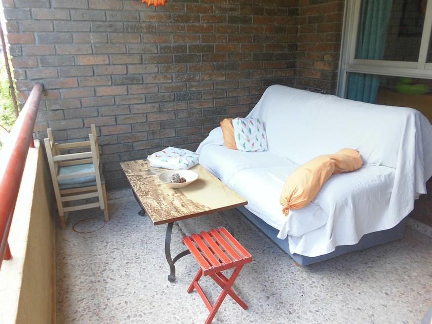 Piso-muy-completo-con-amplio-balcón-exterior-en-Santa-Rosa-amplio-salon