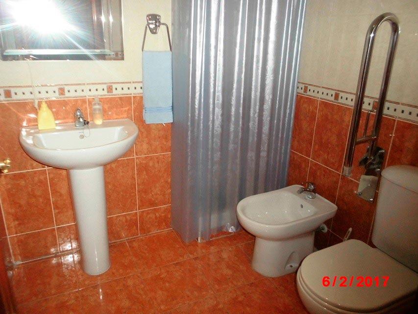Piso muy soleado con 3 habitaciones en la Zona Alta-banyo