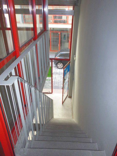 Se-vende-amplio-local-en-el-centro-escaleras