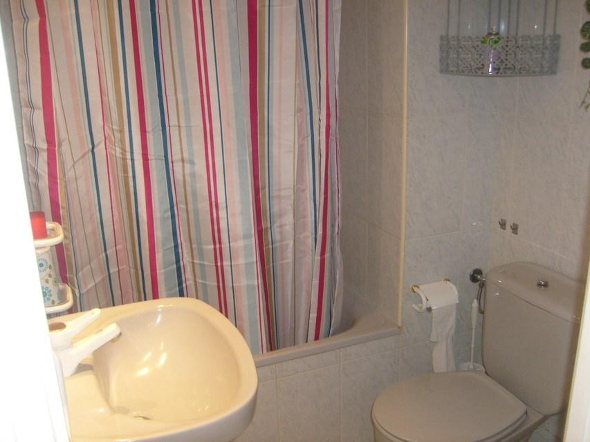 Se-vende-bonito-piso-Zona-Norte-baño