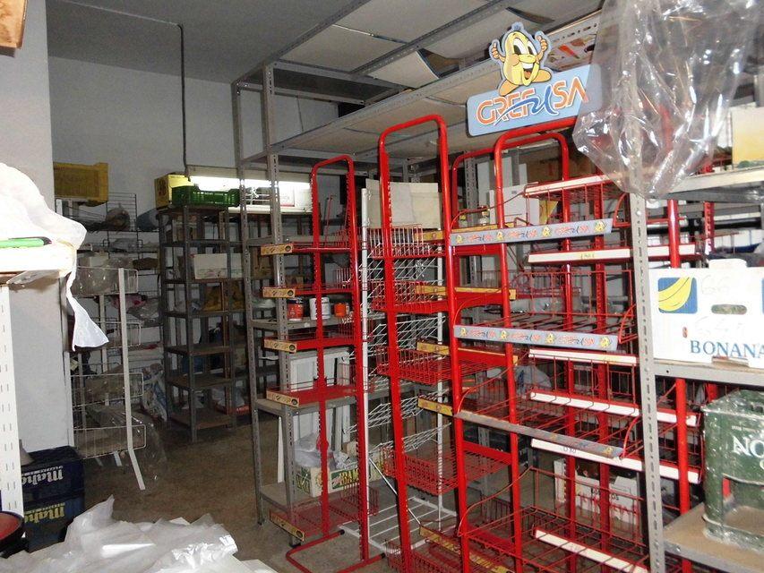 Se-vende-comercio-en-Santa-Rosa-estanterías