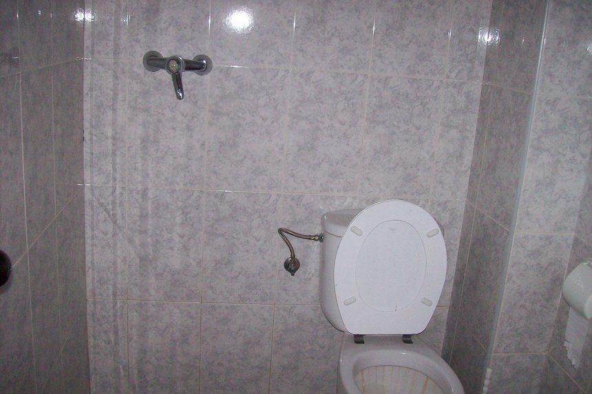 Se-vende-local-diáfano-en-ensanche-baño
