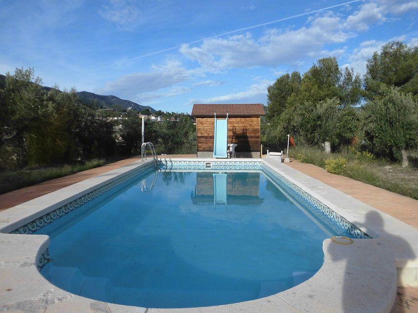 Se-vende-masía-rural-en-Alcoy-piscina