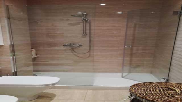 Se vende piso con 3 habitaciones en zona centro-banyo