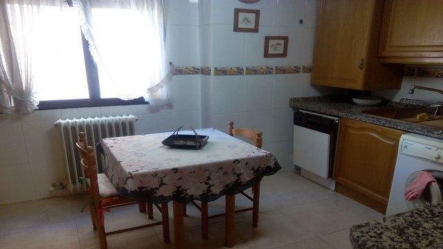 Se vende piso con 3 habitaciones en zona centro-cocina 2