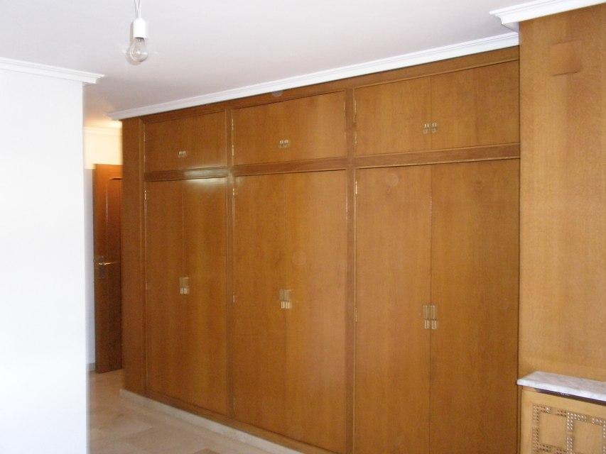 Se vende piso con 5 habitaciones en zona centro-habitacion
