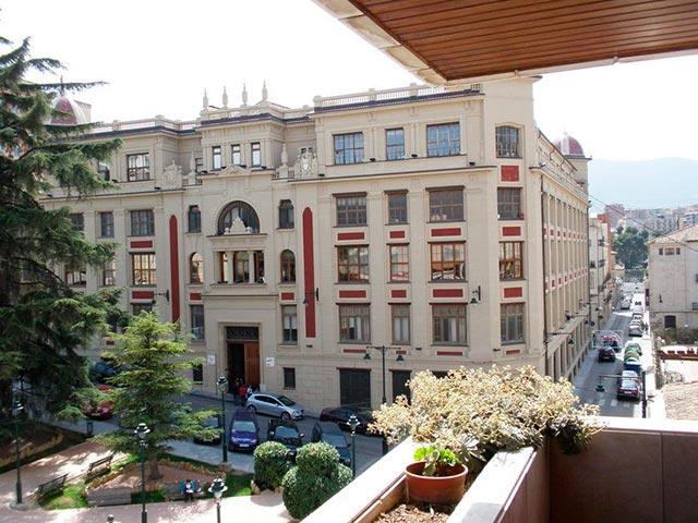 Se vende piso con 5 habitaciones en zona centro-vistas 3