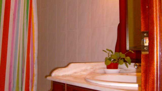 Se vende piso con balcón exterior en Zona Ensanche-banyo