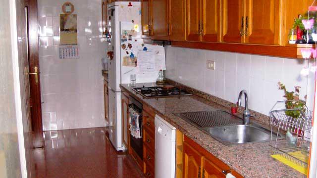Se vende piso con balcón exterior en Zona Ensanche-cocina 2