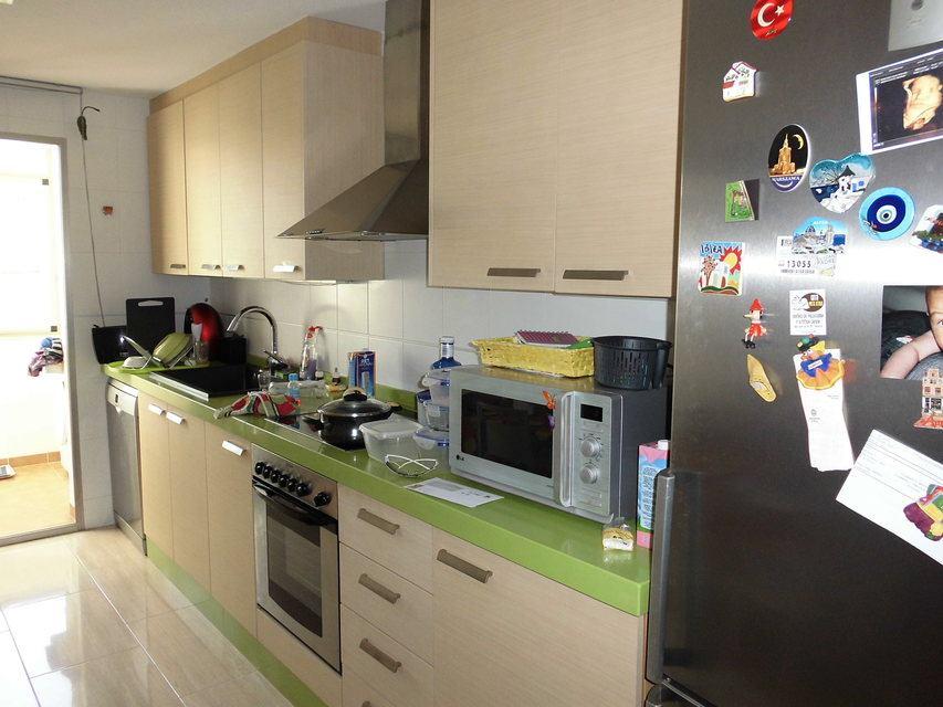 Se vende piso con plaza de garaje al lado de la Universidad-cocina2