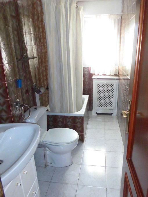 Vivienda con plaza de garaje en Ensanche-baño
