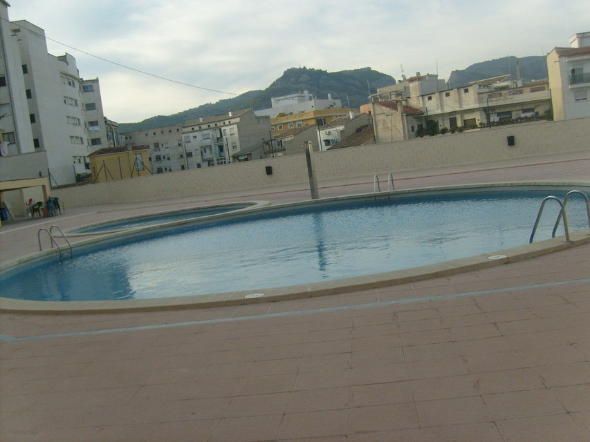 Se vende piso reformado y con piscina en Zona Alta-piscina