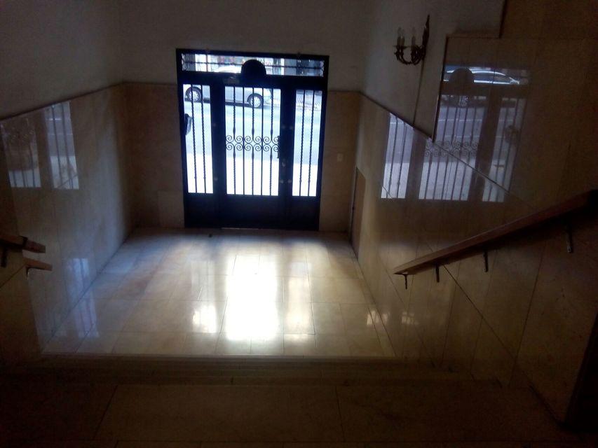 Espacioso piso con balcon exterior-Entrada
