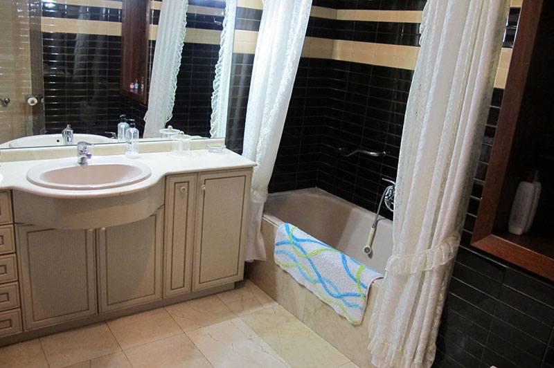 enorme_piso_de_estilo_tradicional_banyo