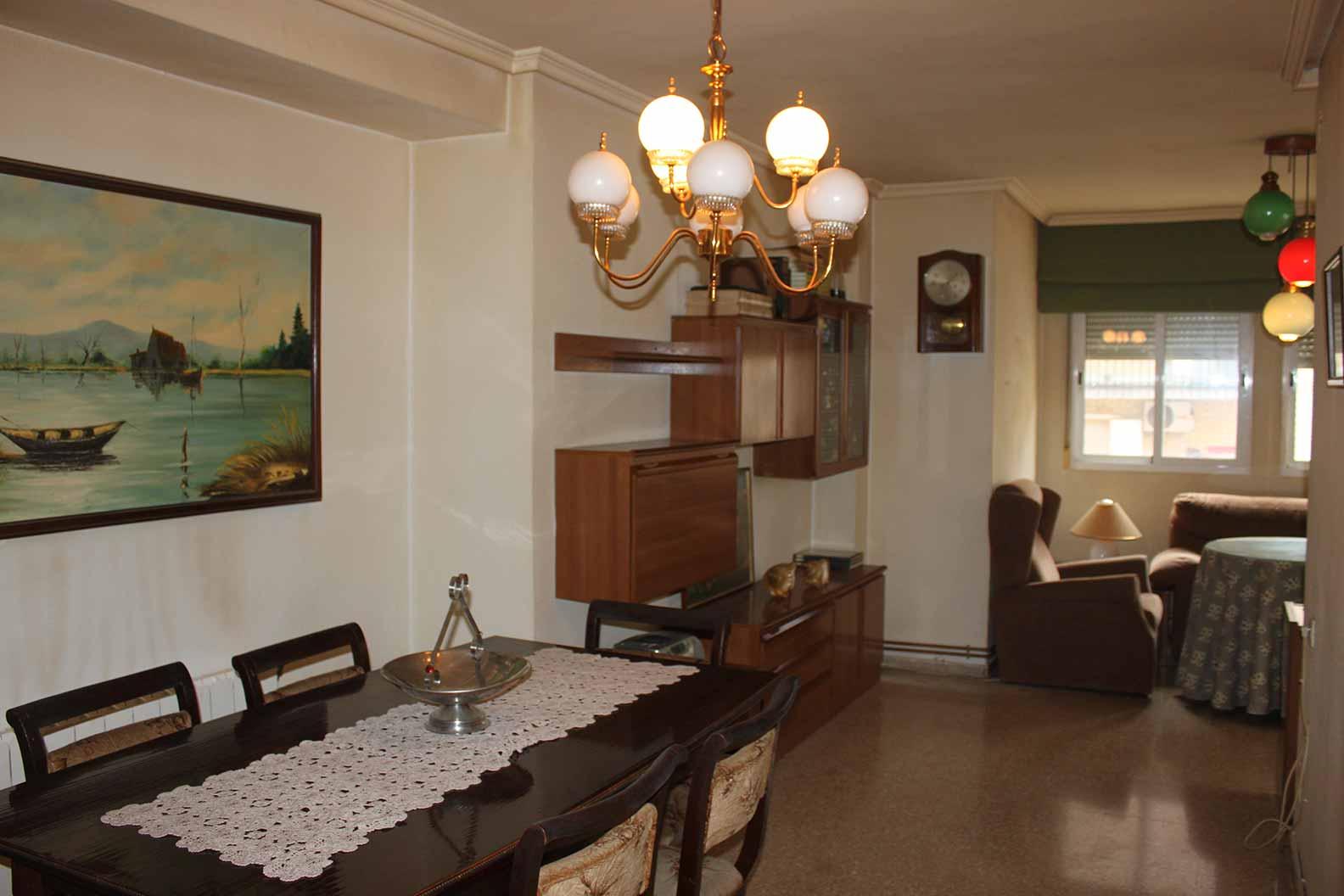 Bonito piso semireformado con Balcón