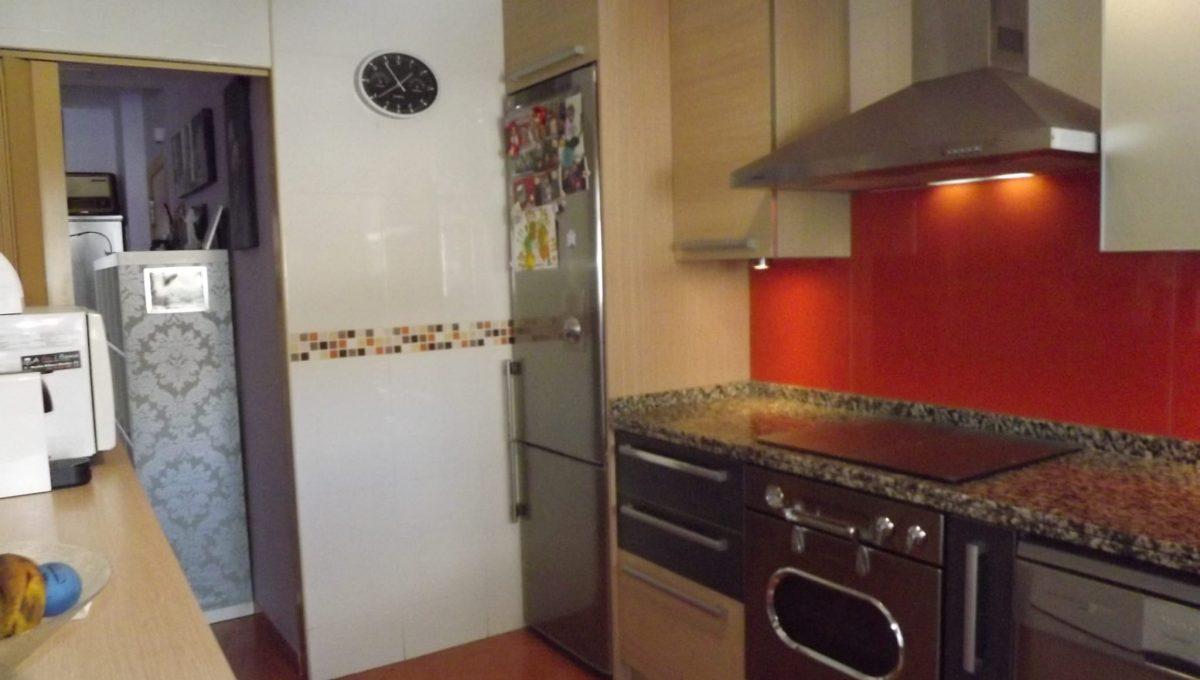 Alucinante piso moderno con dos patios en Santa Rosa-cocina