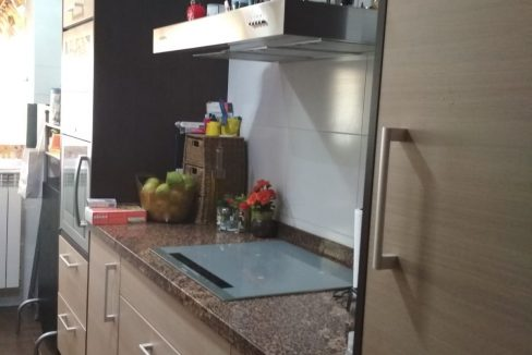 Soleado y confortable piso con balconcito en Santa rosa-cocina