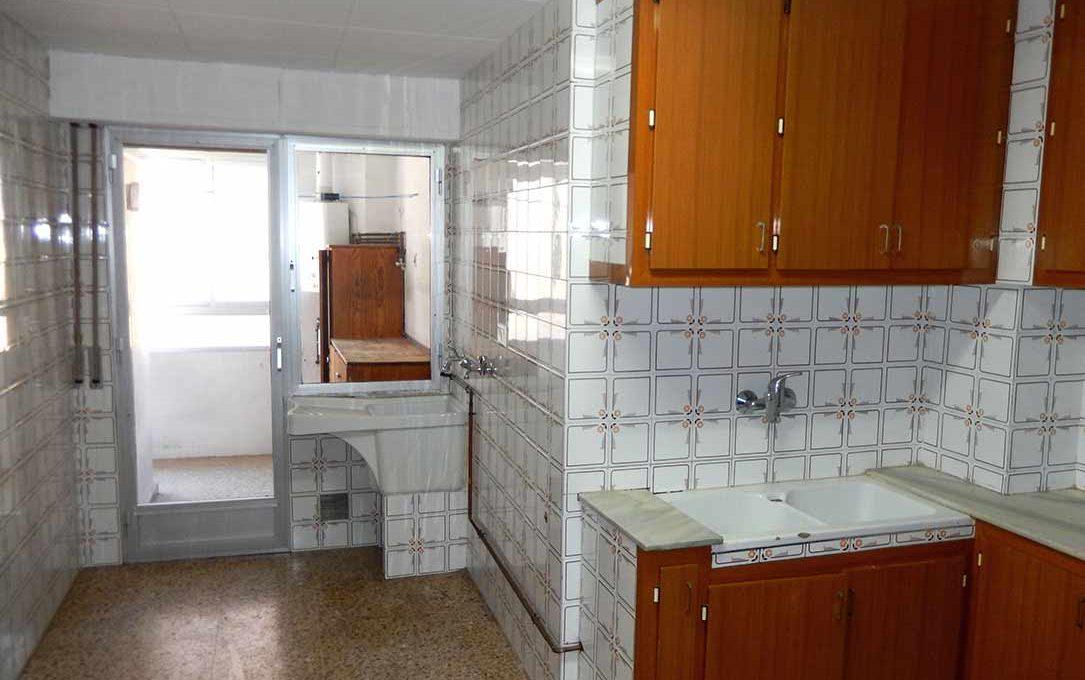 increible piso con dos balcones para amueblar-cocina