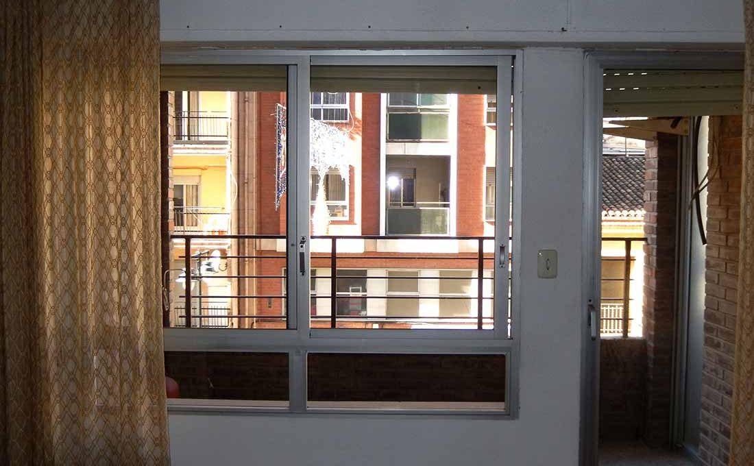 increible piso con dos balcones para amueblar-comedor