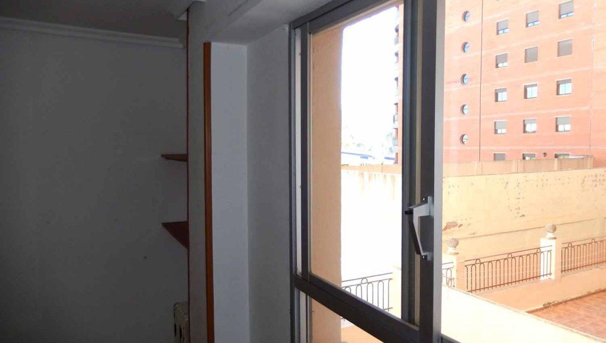 increible piso con dos balcones para amueblar-habitacion