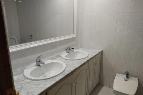 Céntrico-piso-con-buenas-vistas-a-amueblar-banyo