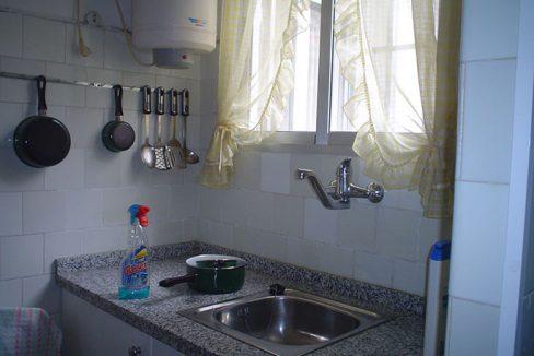piso con balcón y un amplio local-cocina